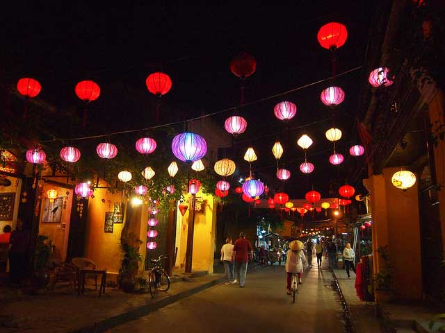 Đèn lồng khắp phố trong đêm Nguyên Tiêu ở phố Hội