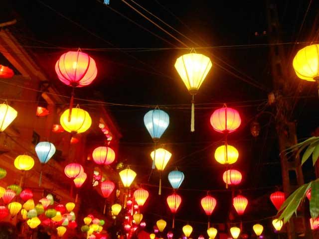 Đèn lồng giăng kín khắp con phố trong đêm tết nguyên tiêu ở Hội An