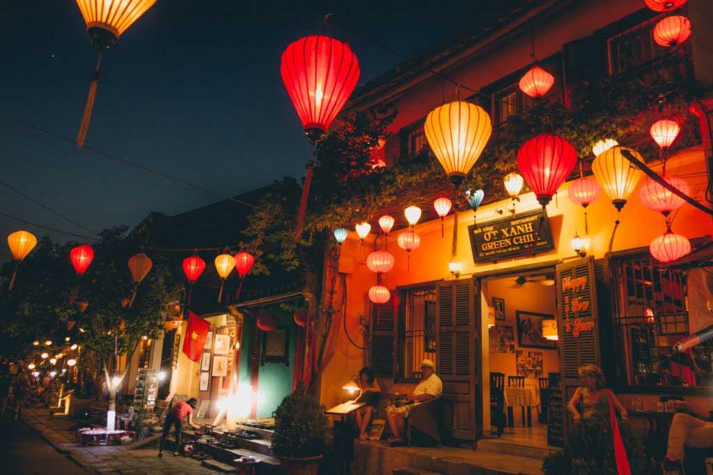 Đêm lồng đèn tại phố Hội gợi một chút hoài niệm về quá khứ