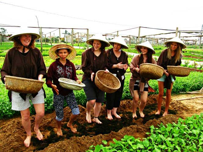 Trải nghiệm mặc đồ nông dân, dép lê, nón lá tại làng rau trà quế Hội An