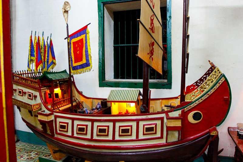 Mô hình chiếc tàu chở người Hoa tại hội quán Phúc Kiến Hội An