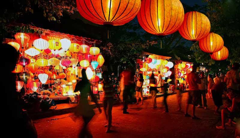 Những chiếc đèn lồng được treo khắp đường ở Phố cổ Hội An