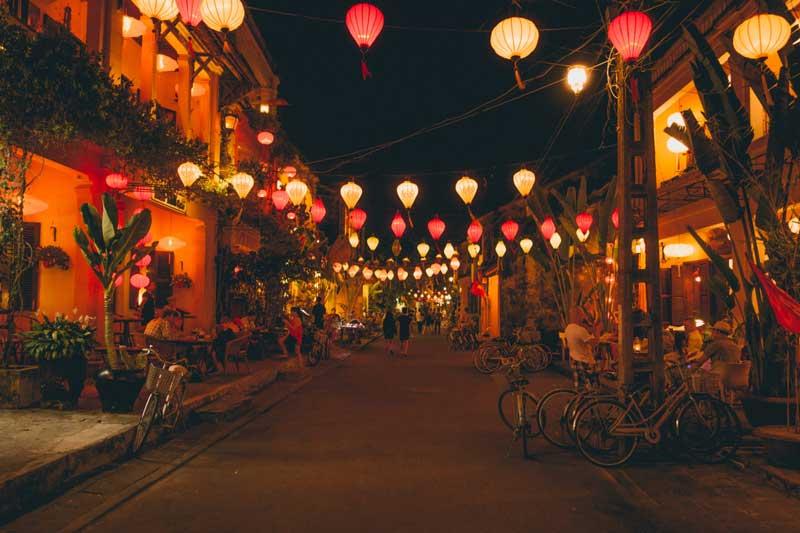 Đèn lồng được treo khắp các con phố