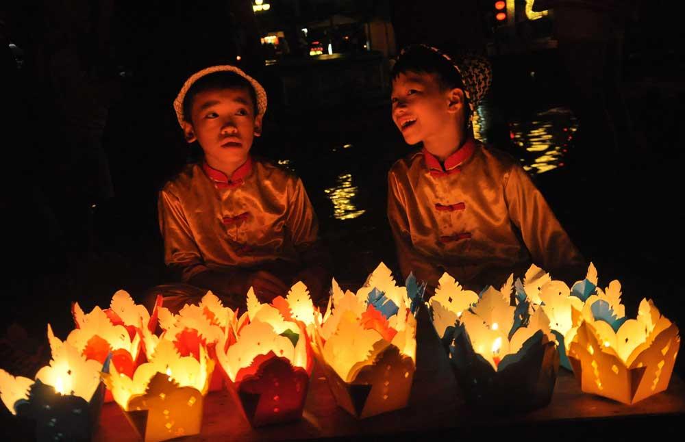 Mua đèn hoa đăng trong lễ hội hoa đăng Hội An