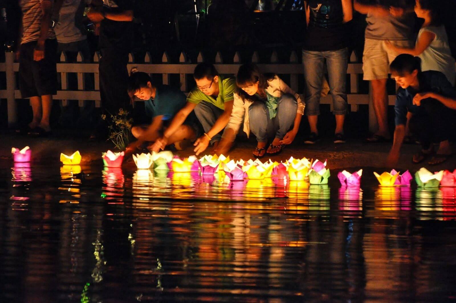 Thả hoa đăng trong đêm Nguyên Tiêu tại Hội An
