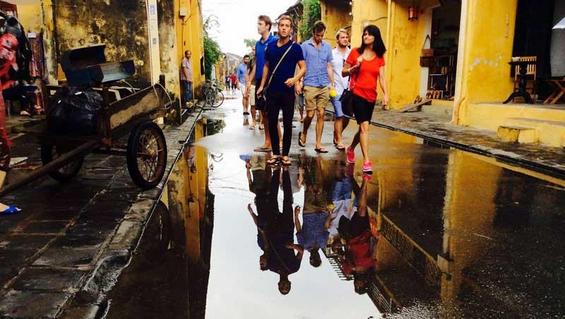 Du khách dạo quanh phố cổ Hội An
