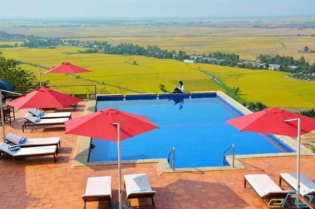 hồ bơi view khách sạn Victoria núi Lodge ở Long An