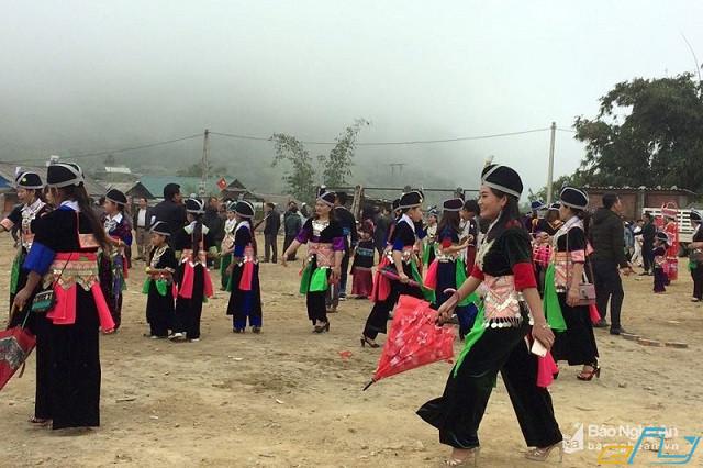 Cẩm nang du lịch Kỳ Sơn Nghệ An: lễ hội ném pháo người mông