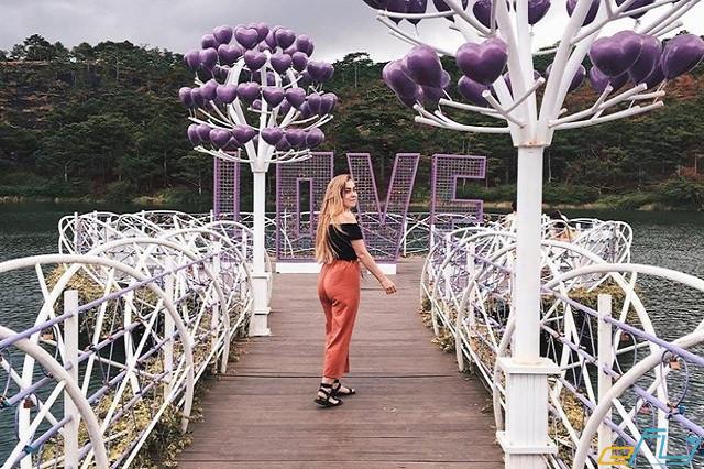 Check-in mỏi tay ở cầu tình yêu ở đà Lạt siêu lãng mạn
