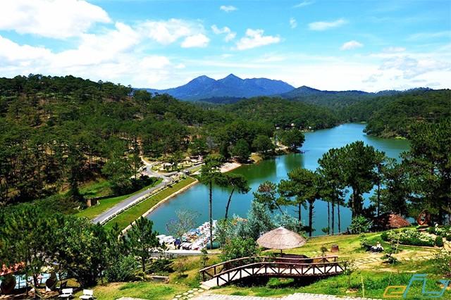 hồ nước đa thiên trong xanh ở thung lũng tình yêu